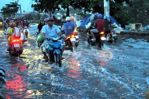 홍수로 물에 잠긴 베트남 호찌민시 도로 [베트남뉴스 캡처]