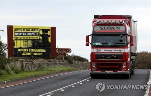 아일랜드와 북아일랜드 국경을 지나는 차량 [AFP=연합뉴스]