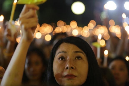 푸미폰 전국왕 2주기 행사에 참석한 방콕 시민[방콕포스트 홈페이지 캡처=연합뉴스]