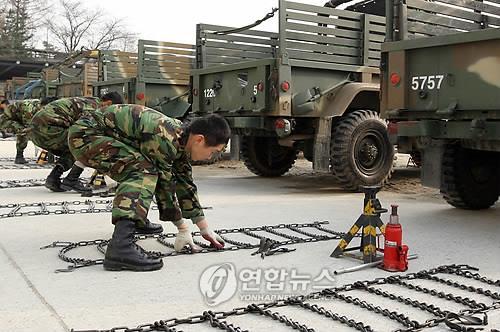 군 운전병 체인설치 경연대회 참가한 운전병들 [연합뉴스 자료사진]