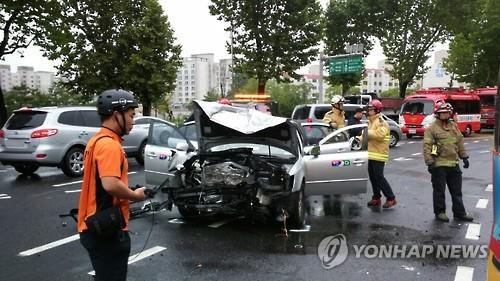 택시 2대 정면충돌한 교통사고 현장 [노원소방서 제공=연합뉴스]