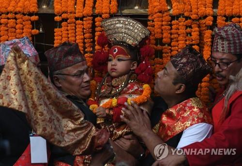 네팔 살아있는 여신 쿠마리 생활 변화…수백년 전통 바뀌나