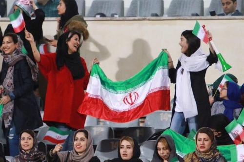 16일 테헤란 아자디스타디움에서 축구경기를 관람하는 이란여성들[트위터]