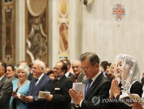 '한반도 평화를 위한 특별미사' 기도하는 문 대통령
