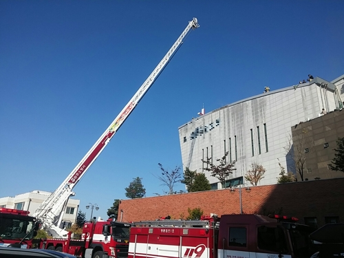 원주서 교회 지붕 방수 작업 중 불…20명 대피
