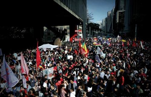"""""""극우 대선후보 반대""""…브라질 여성단체, 40개 도시서 시위"""