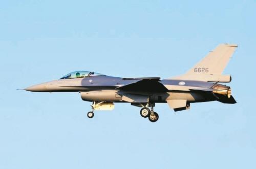 """대만 언론 """"공군 F-16V 전투기, 중국 젠-20에 대적 가능"""""""