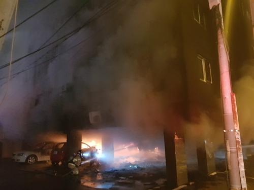 김해 원룸 화재 사망자 2명으로 늘어…나머지 2명도 위중