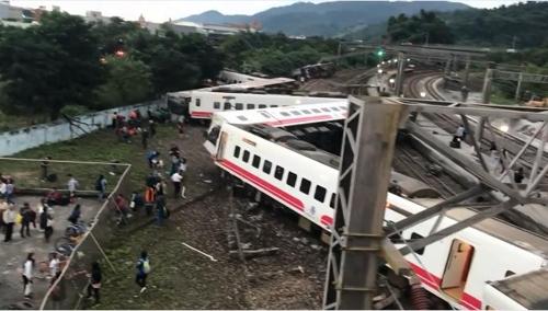 대만 열차 탈선사고로 최소 17명 사망, 30명 부상