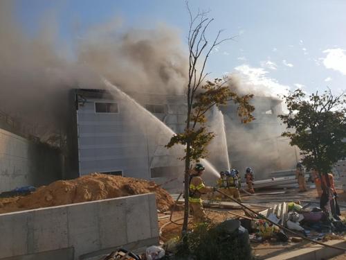 부산 신축 중인 공장서 용접작업 중 불…1명 화상