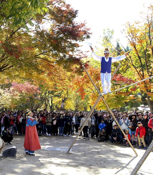 남이섬에서 펼쳐지는 전통 공연(연합뉴스 자료사진)