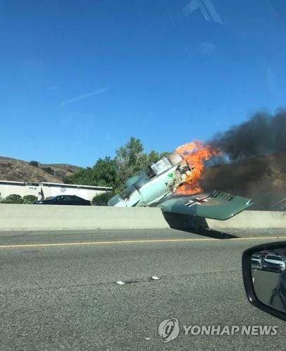 고속도로 추락 후 화염에 휩싸인 경비행기