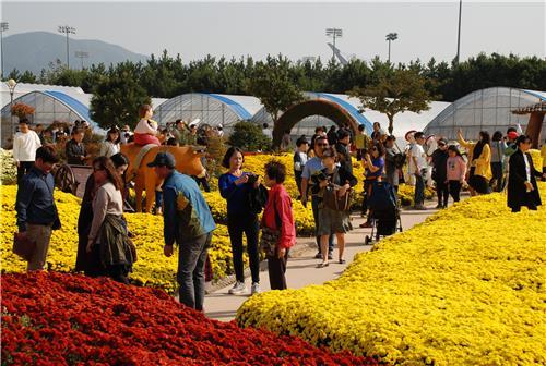 거제섬꽃축제 찾은 인파. [거제시청 제공]