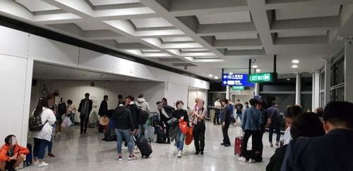 홍콩 공항에서 대기하는 승객들