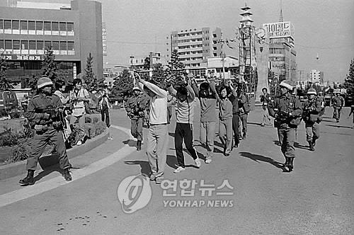 계엄군 시위 학생 연행
