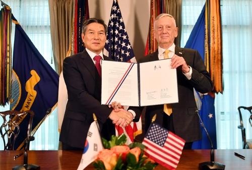 연합방위지침에 서명하고 악수하는 한미 국방장관
