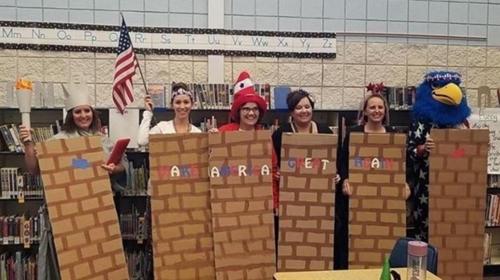 교사들이 핼러윈에 국경장벽 의상…교육구 진상조사