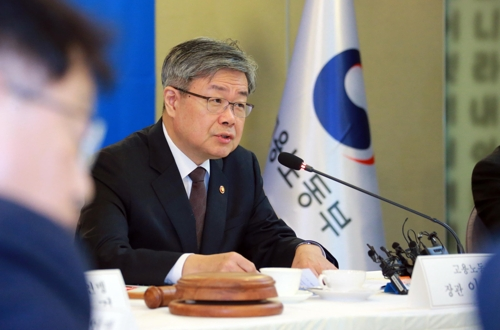 고용정책심의회 주재하는 이재갑 장관