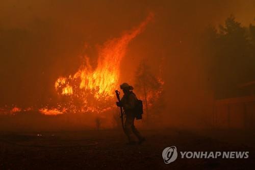 소방관들이 손 쓰기 어려운 수준의 캘리포니아 대형 산불