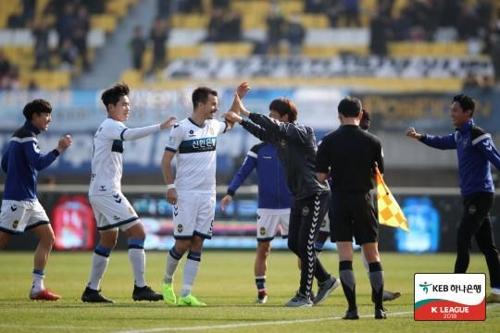 강원전에서 골을 넣은 인천의 무고사(중앙)가 기뻐하고 있다.