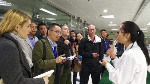 지난에 있는 국가 슈퍼컴퓨터센터에서 매체 기자들이 인터뷰하고 있다.