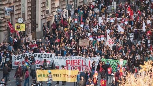 로마서 '반이민법' 반대시위 행진하는 사람들