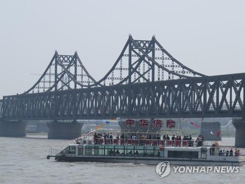 중국 랴오닝성 단둥의 압록강대교 부근을 지나는 유람선[연합뉴스 자료사진]