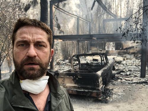 배우 제라드 버틀러가 잿더미로 변한 자신의 집에서 찍은 셀카
