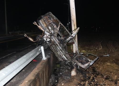 음주운전 차량, 전신주 들이받고 화재…운전자 입건