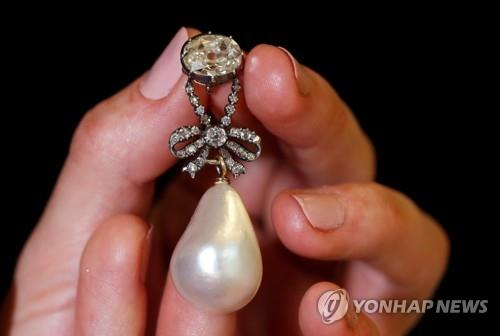 마리 앙투아네트 다이아몬드 진주 펜던트 412억원에 낙찰