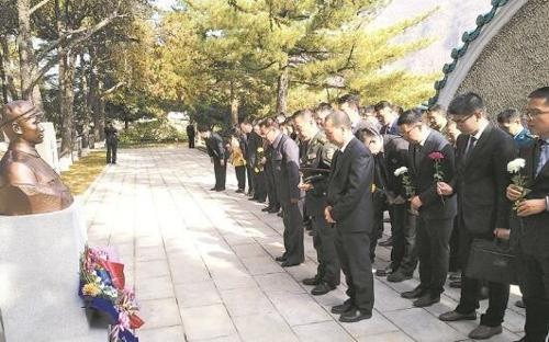 中 청년간부 대표 50명 북한 방문…'열사능원' 참배
