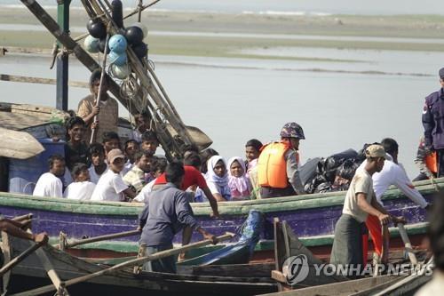 로힝야족 목숨 건 탈출 행렬…미얀마, 93명 태운 보트 적발