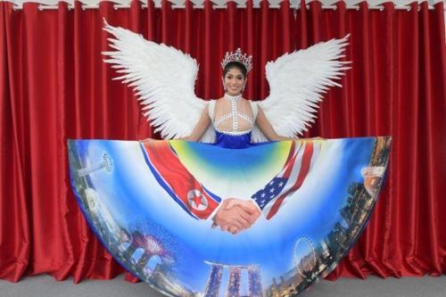 미스 유니버스 싱가포르 대표의 '북미 정상회담' 드레스 논란