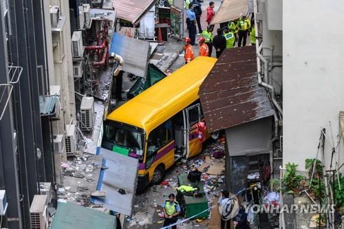 홍콩서 스쿨버스 밀려 내려가 행인 덮쳐…4명 사망·10여명 부상