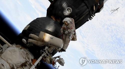 러시아 우주인 8시간 가까운 우주유영으로 '드릴구멍' 조사