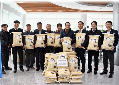 aT, 통일쌀 판매로 북한에 '통일트랙터 보내기 운동' 동참