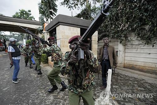 """케냐 테러 사망자 21명으로 늘어…""""용의자 2명 체포"""""""