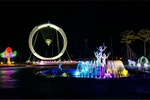 수만 점 보석의 영롱한 향연…야외엔 오색 빛 조명 쇼