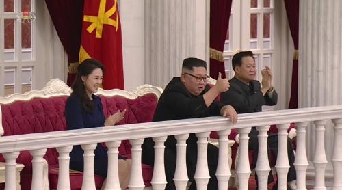 김정은, '건군절' 경축공연 보며 '엄지 척'·'기립박수'