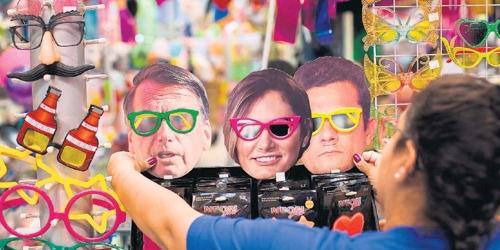 브라질 카니발 축제 또 다른 볼거리…올해도 유명인 가면 선보여