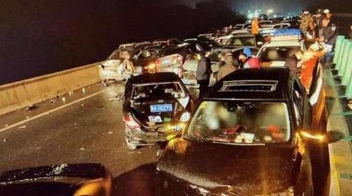 中서 연쇄추돌사고 2건으로 차량 110여대 부서져