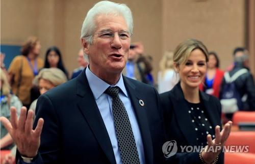 할리우드 베테랑 배우 리처드 기어, 예순아홉에 득남
