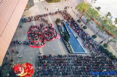 中텐센트, 직원들에 세뱃돈…1층부터 48층까지 줄 서