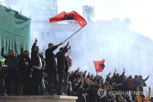 """알바니아서 격렬한 반정부 시위…""""부패 총리 물러나라"""""""