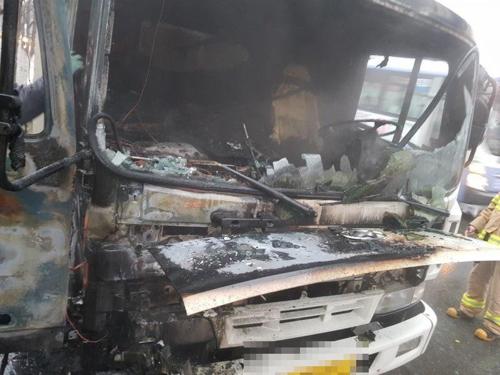 주행 중 5t 화물차서 불…운전석 태우고 꺼져