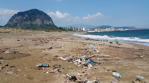 제주 해안 뒤덮은 쓰레기 60%는 플라스틱류