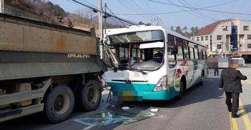 거제 시내버스가 주차 덤프트럭 추돌해 16명 다쳐