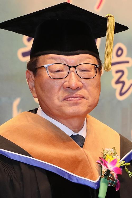 """""""학비 4천200원 없어 제적당할 뻔""""…명예박사된 장학회 이사장"""