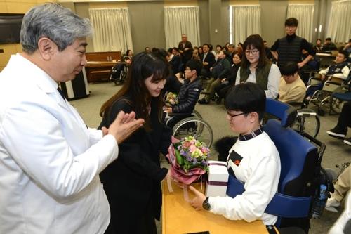 한국의 호킹들 대학교 입학·졸업…사지마비·호흡장애 극복