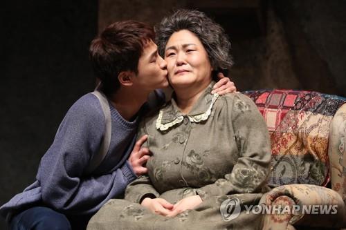 서로 기댄 로자 아줌마와 모모의 사랑…연극 '자기앞의 생'